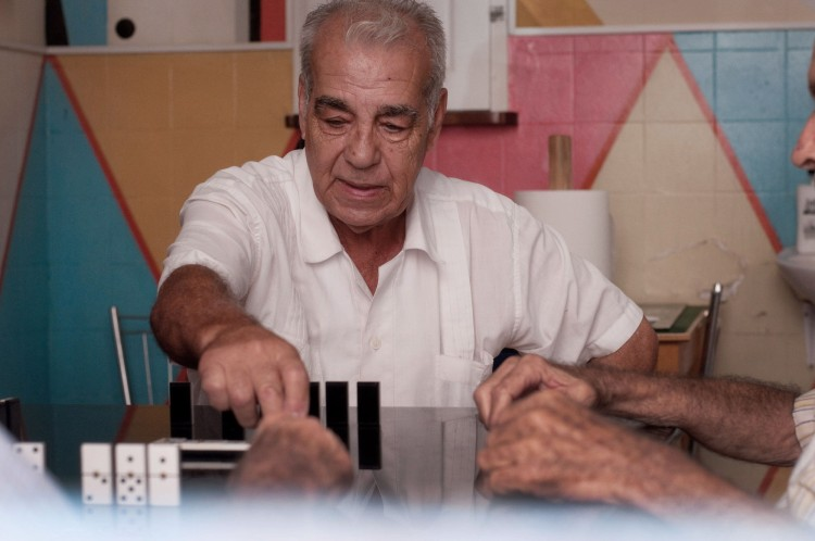 Alfonso Jorge Frías jugando al dominó en un local social del barrio donde nació, El Cabo. Foto de Sol Rincón Borobia, hecha con Nikon D300S.