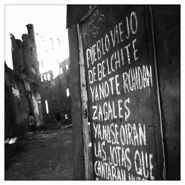 Versos convertidos luego en jota, escritos por Natalio Vaquero, un vecino del pueblo, a la entrada de una iglesia de Belchite. Foto hecha por Sol Rincón Borobia con Iphone.